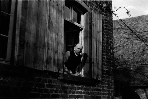 Ein Mann schaut aus einem Fenster
