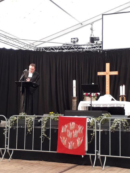 Pfarrer auf der Bühne