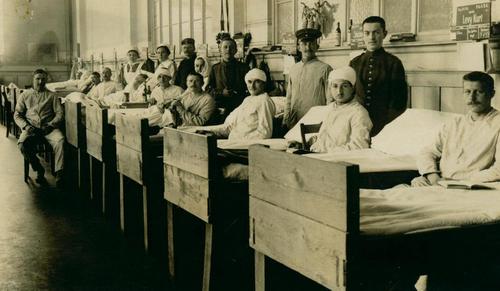 Männer in Krankenbetten