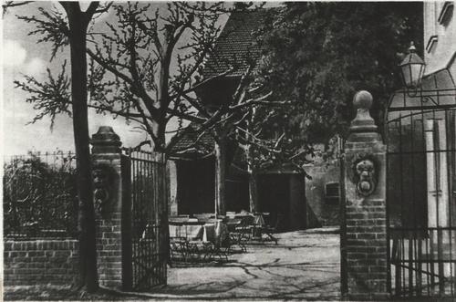 Tor mit dahinterliegendem Garten