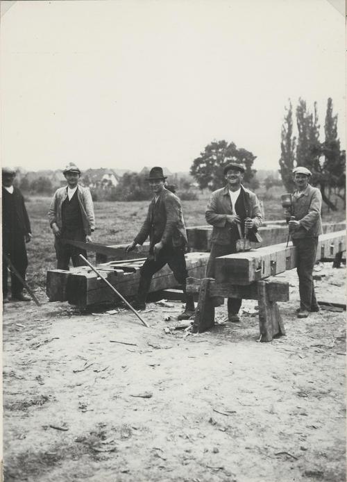 Männer beim Bauen