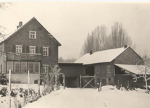 Schwarz-Weiß Foto von einem Hof im Schnee