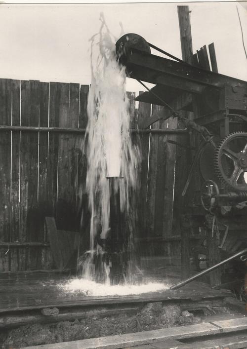 Wasser kommt aus dem Bohrloch