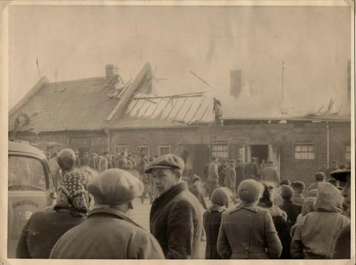 Haus mit ausgebranntem Dach