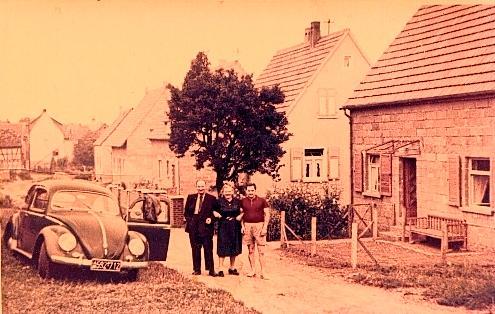 Foto einer Familie mit Auto