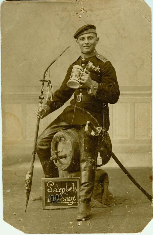 Ein Mann sitzt auf einem Fass