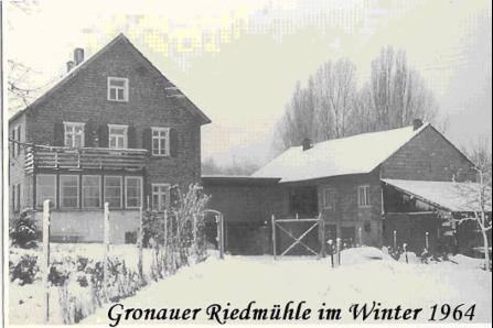 Schwar-Weiß Foto eines Gebäudes mit Hof im Winter