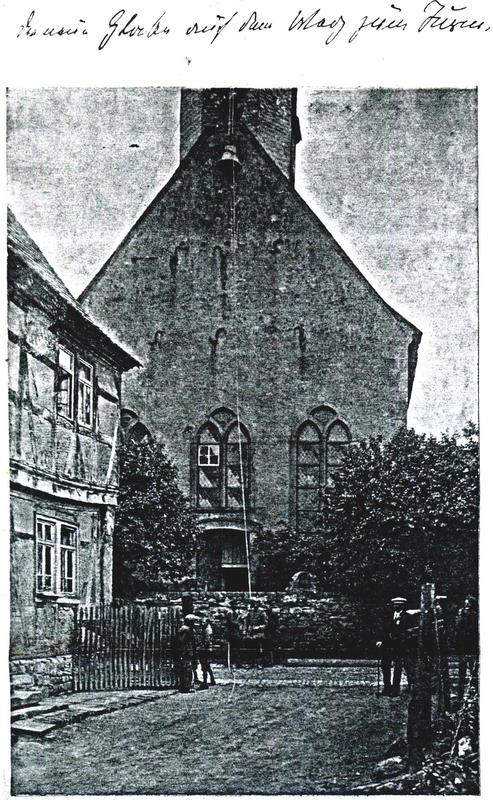 Eine Gruppe von Männern zieht eine Glocke auf den Kirchturm