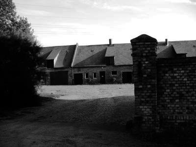 Schwarz-Weiß-Foto der Hofeinfahrt