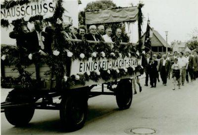 Altes Foto mit geschmückten Wagen