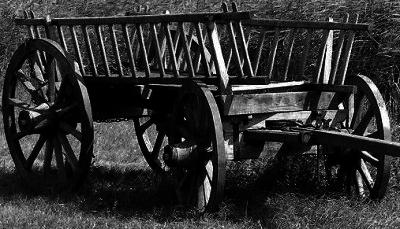 Schwarz-Weiß Foto eines Heuwagens