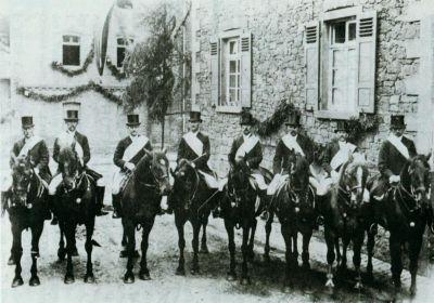 8 Männern auf Pferden