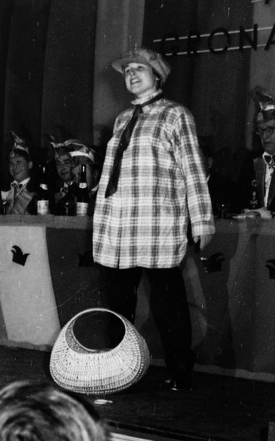Verkleidete Frau auf der Bühne