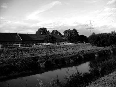 Schwarz-Weiß-Foto des Gronauer Hofes hinter der Nidda