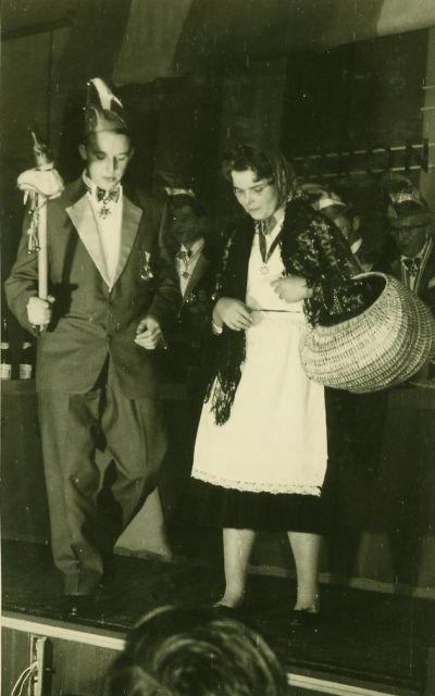 Mann und Frau, verkleidet, auf der Bühne