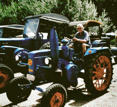 Foto eines Mannes auf einem alten Traktor