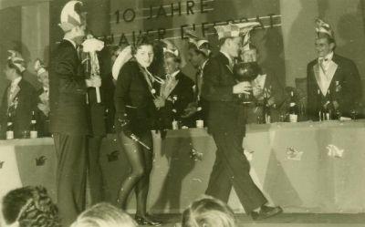 Verkleidete Menschen auf der Bühne