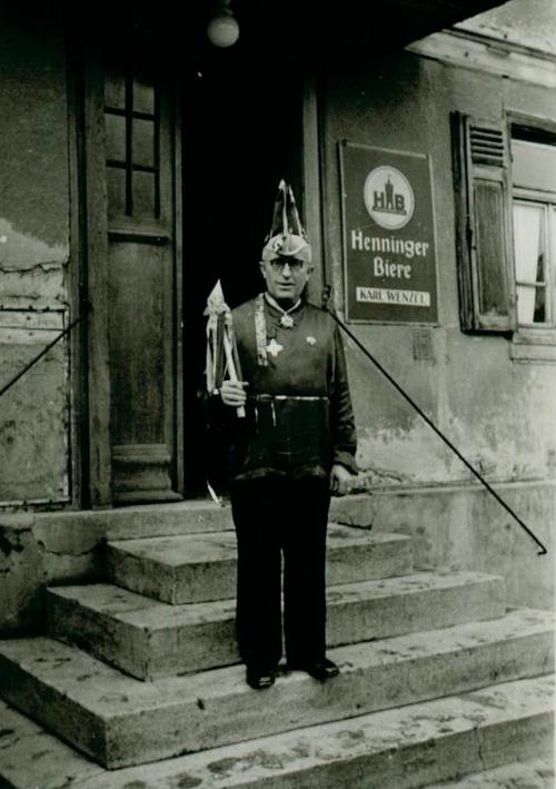 Mann steht auf Eingangstreppe