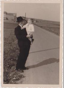 Foto eines Mannes mit Baby auf dem Arm