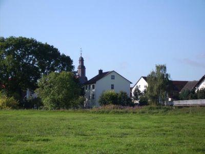 Blick über das Feld auf das Dorf