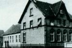 Foto des alten Schulhauses mit Anbau