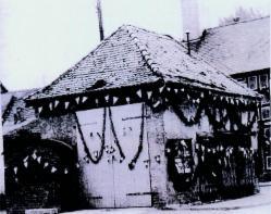 Kleines, geschmücktes Gebäude