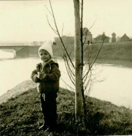 Altes Foto mit Junde vor der Niddamündung