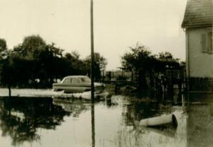 Auto fährt über überschwemmte Straße