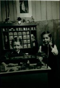 Zwei Kinder spielen mit einem Kaufladen