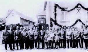 Aufstellung von Männern in Uniform
