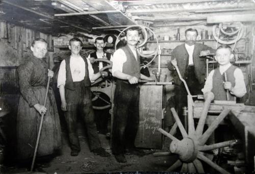 Altes Foto mit 6 Menschen in einer Werkstatt