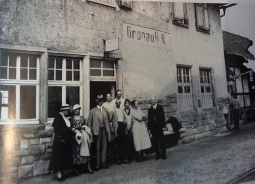Altes Gruppenbild vor dem Gronauer Bahnhofsgebäude